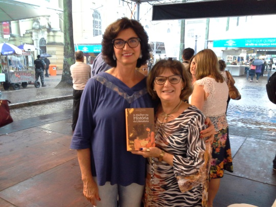 Visita ilustre: Lisana Bertussi: Patrona da Feira do Livro de Caxias do Sul - cumprimenta profa. Salete. Bertussi também autografou no Feira.